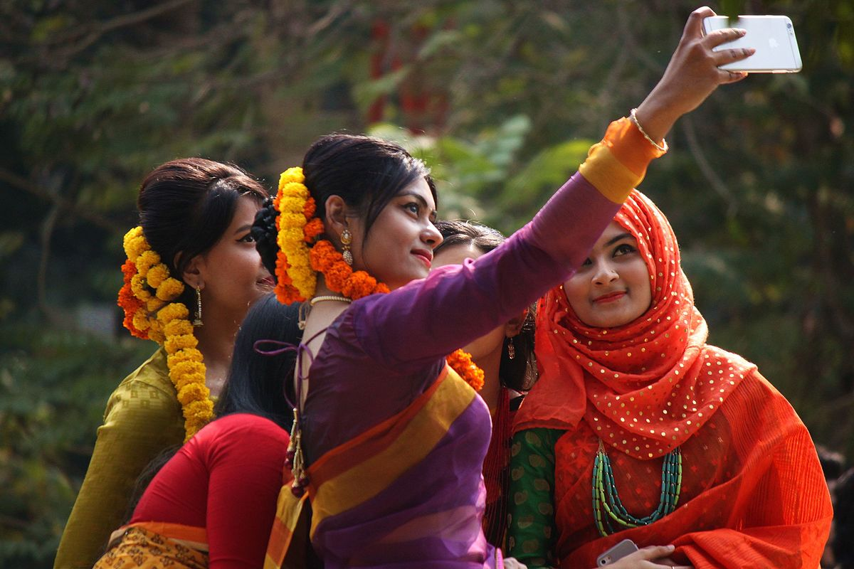 Bangladeshi_girls_taking_Selfie_at_Pohela_Falgun
